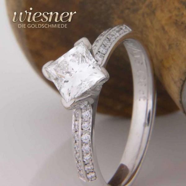 Verlobungsring mit Diamant im Princess Cut in 750 Weißgold wird angefertigt